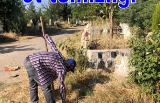 Mezarlıkta ot temizliği