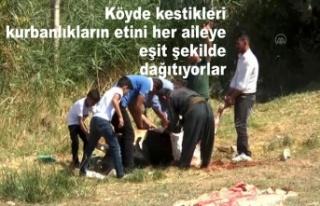 Köyde kestikleri kurbanlıkların etini her aileye...