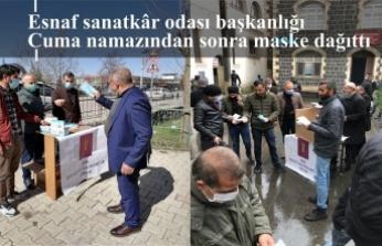 Esnaf sanatkar odası başkanlığı Cuma namazı çıkışında maske dağıttı